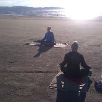 Yoga på stranden i Skummeslöv