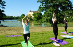 Yoga utomhus Vallens Säteri Våxtorp Laholms kommun Carina Holgersson